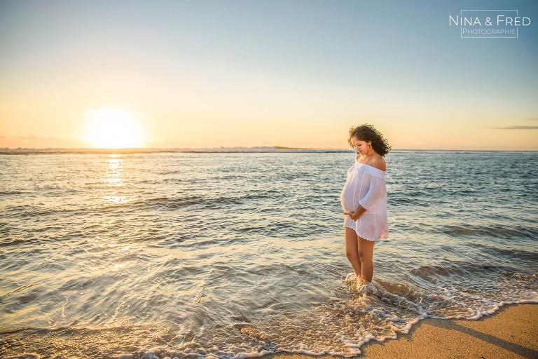 femme enceinte pieds dans l'eau Ch&Lo