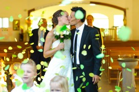 mariés et confettis