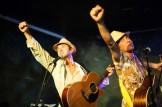 deux guitaristes poings