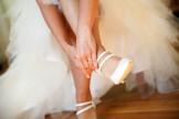La mariée met ses chaussures