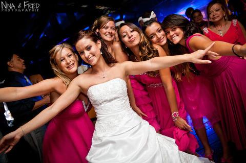 la mariée et ses demoiselles d'honneur dansent Maeva