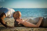 couple allongé dans le sable grossesse