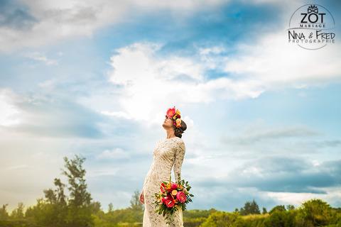 mariée et fleurs tropicales