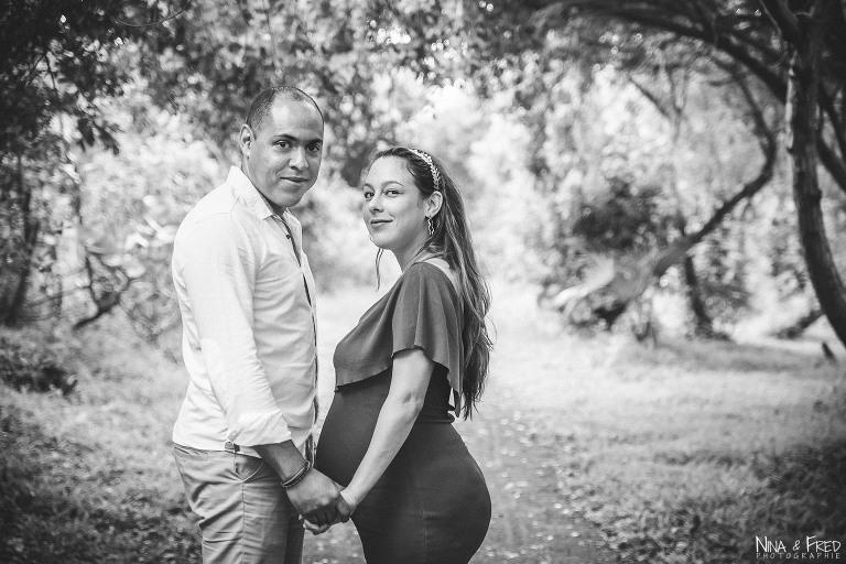 photo de grossesse en noir et blanc K&D