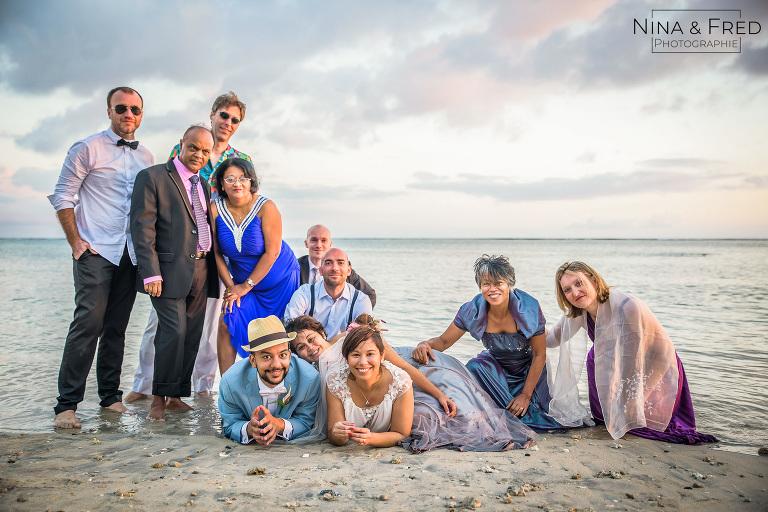 Photo de groupe dans l'eau mariage S&A