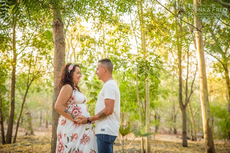 photo de grossesse dans la forêt M&U
