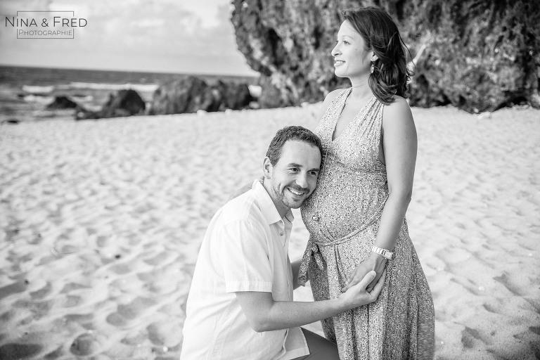 photographie de grossesse en noir et blanc C&G
